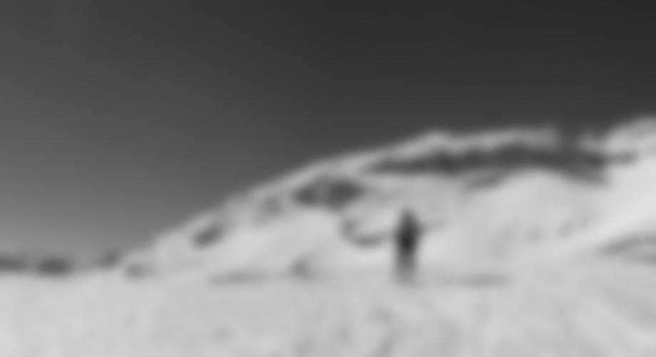 Auf dem Kalbenjoch, man steht direkt vor dem Felsriegel der Kugelwand.