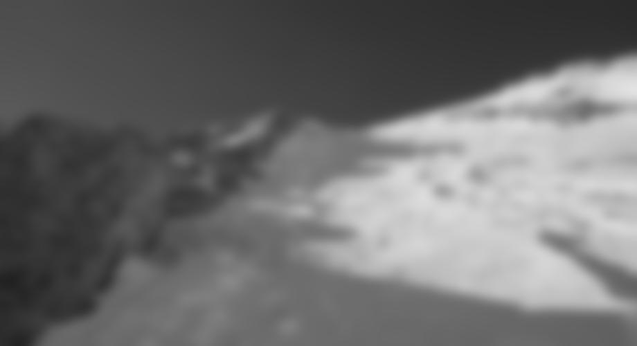 Gipfelanstieg im steilen Firn (35-40°), bei günstigen Verhältnissen lohnt sich die Mitnahme der Ski bis zum Gipfel.