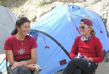 Elisabeth und Alix vor dem Zelt (Trekking ins Basislager