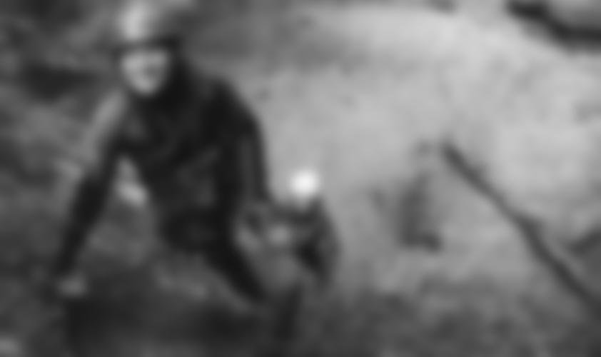 Ein Klettersteigler im Froschanzug