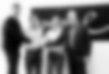 Vertragsunterzeichnung am vergangenen Freitag, sie wurde per Handschlag besiegelt, durch (v.l.n.r.) Martin Korte (Geschäftsführer Edelrid), Markus Wanner (stellv. Geschäftsführer Edelrid), Antje von Dewitz (Marketingleiterin VAUDE), Albrecht von Dewitz (G