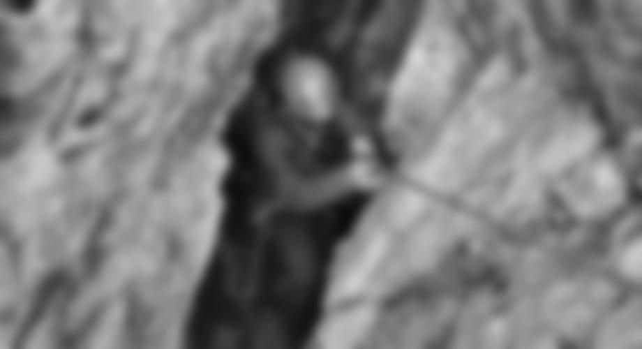 Der Höhlenausgang ist ein enger Spalt.