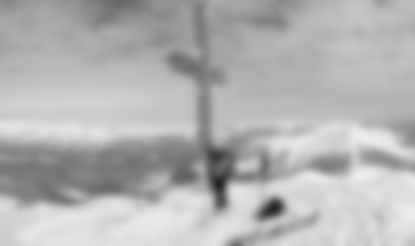 Mit den Skiern bis zum Gipfelkreuz.