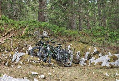 Besser keine grellen Farben, so sieht man die E-Bikes auch nicht sofort (wenn sie während des Kletterns stehen).