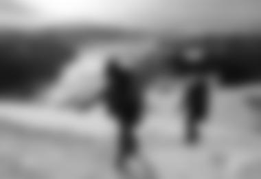 Johannes R. und Lisbeth S, Kinderkrebs-Survivors, ausgerüstet mit Steigeisen, im Schneefeld aufwärts zum Gipfel