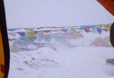 Zerfetztes zelt im Camp 1