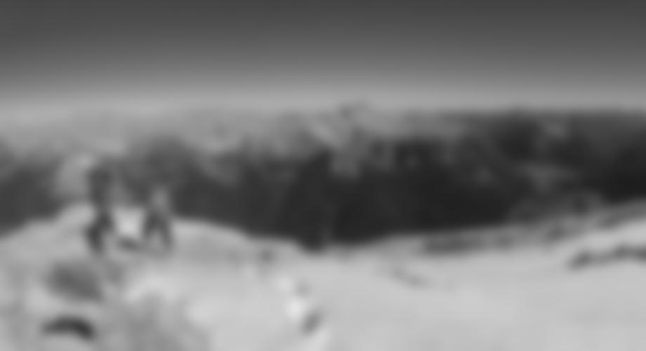 Auf dem Plateau geht man zum Gipfel.