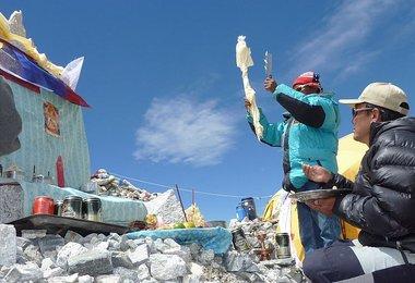 Sonam Tendu Sherpa rezitiert die Puja-Gebetsformeln Bild G.Kaltenbrunner