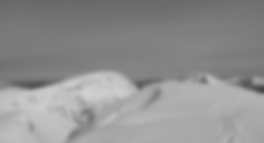 Gipfelkreuz der Stadelfeldschneid, links hinten die Gsuchmauer