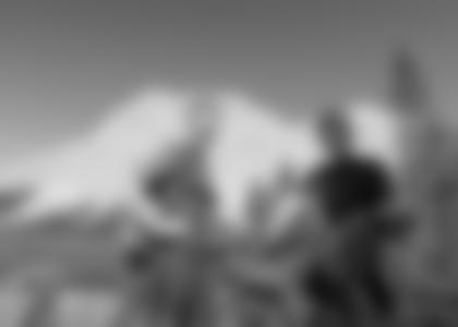 David Kreiner und Felix Gottwald mit Mountainbikes auf dem Weg zur Zugspitze. © ServusTV / Timeline-Production