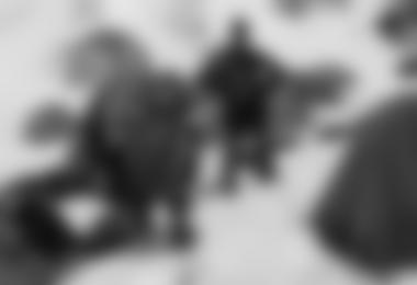 Pat & Patachon - der vollbeladene Sherpa trägt auch noch die Daunenjacke