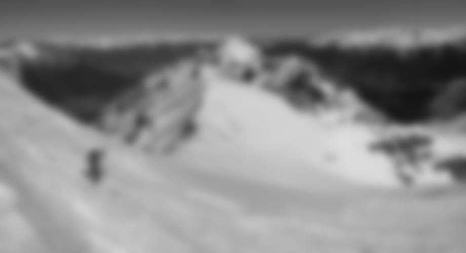 Bei der Abfahrt auf dem Gipfelhang, hinten die Serles.
