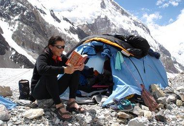 Elisabeth beim Lesen im Basecamp