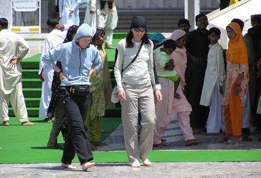 Elisabeth und Alix beim Besuch der Faisal-Moschee in Islamabad