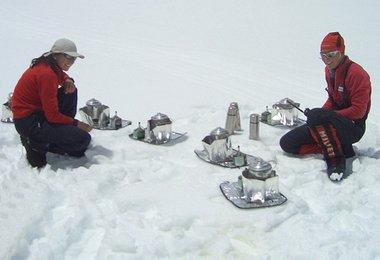Elisabeth und Alix beim Schnee schmelzen und Wasser kochen