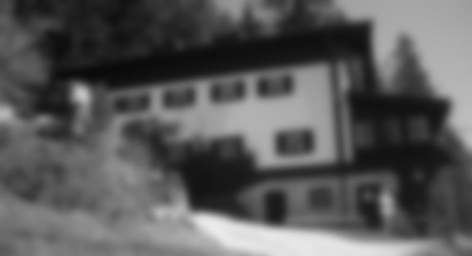 Das Brünnsteinhaus - da möchte ich im Sommer nicht sitzen. War jetzt schon viel Betrieb am Steig.  Geöffnet ist es erst wieder ab 1. Mai.