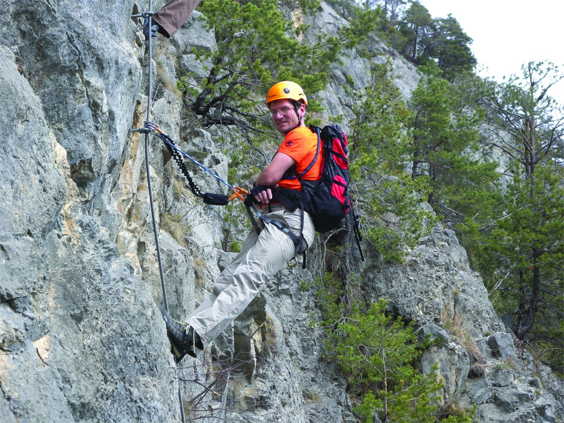 Klettersteig Bandschlinge : Kurzfixierung am klettersteig bergsteigen