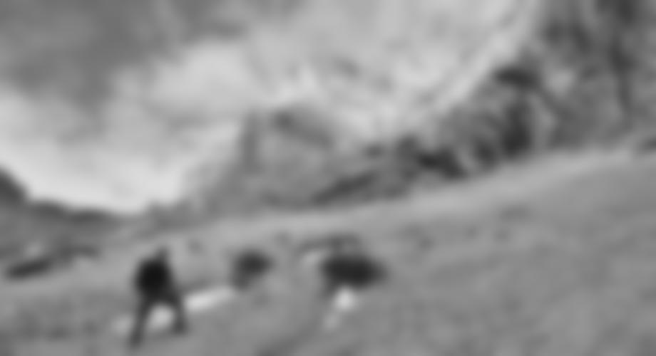 Auf dem steilen Schuttfeld, bei einer roten Schuttrinne quert man nach rechts zum Einstieg.