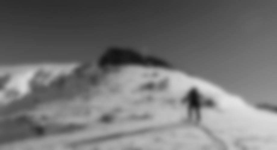 Das Gipfelkreuz steht auf einem kleinen Felsen.