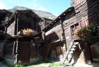 Ein altes Holzhaus in Zermatt