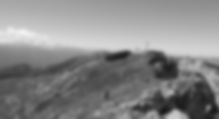 Blick vom Ausstieg zum Gipfel - im Hintergrund der Dachstein.