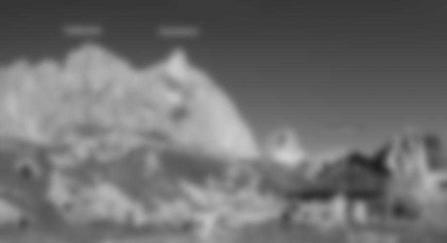 Rechts oben der Fensterlturm, links die Gross-Führe an der Teufelswand. Unten die Bergführertour (3 Seillängen, max. 3+), rechts davon der Zustiegsweg durch den Spalt (Klettersteig).